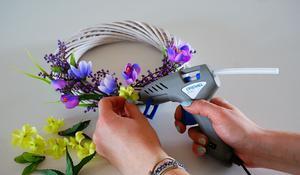 KROK II - Przyklejanie sztucznych kwiatów do wielkanocnego wianka